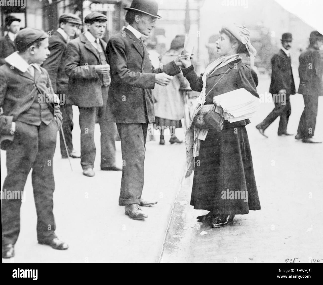 Mary Phillips selling Votes for Women in London, October 1907. - Stock Image
