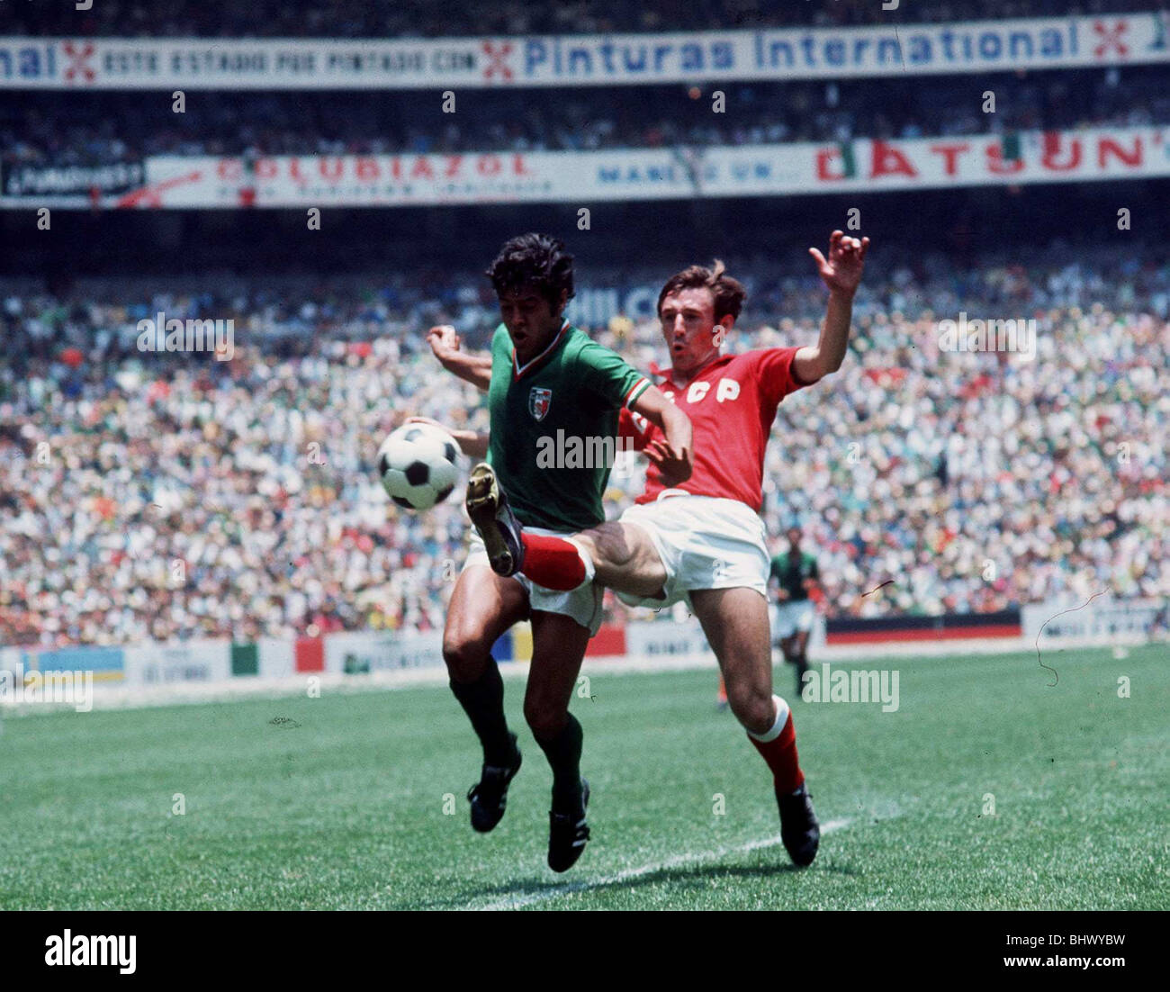 World Cup '70 Group A Opening Match Mexico 0 USSR 0 Azteca Mexico City Kaplinchni(red) streches to challenge - Stock Image