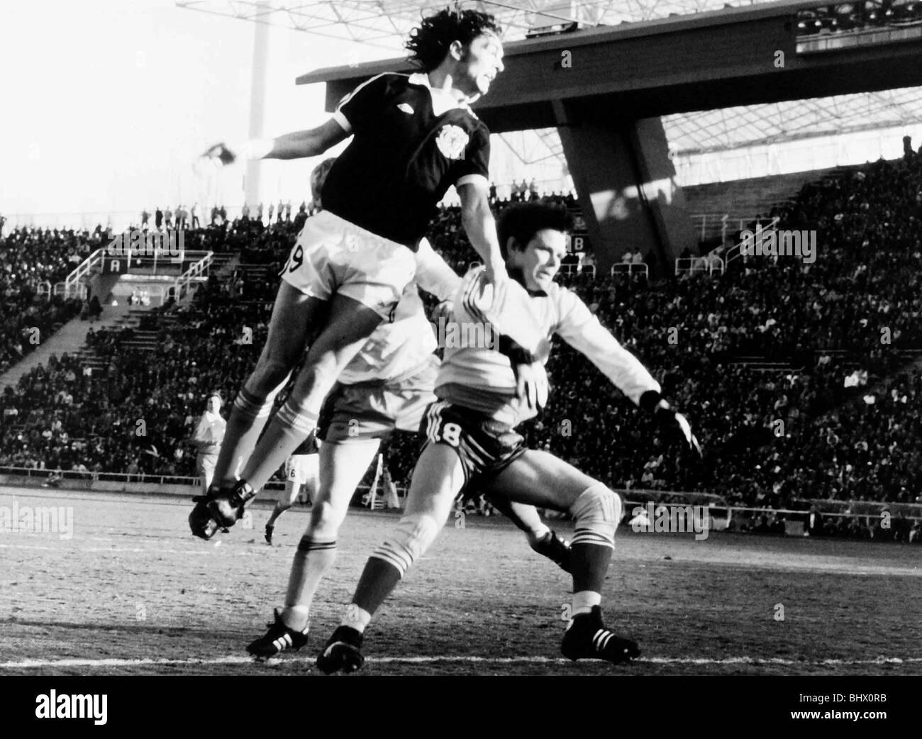 Football World Cup 1978 Scotland 3 Holland 2 in Mendoza Joe Jordan (Scotland) and Jongbloed - Stock Image