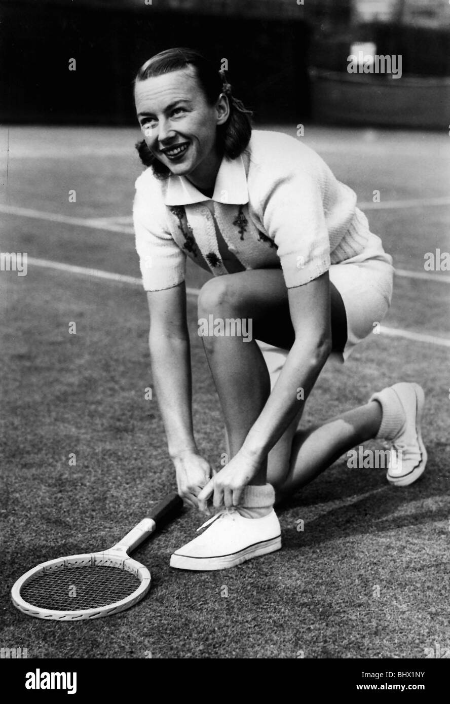 Gussie Moran playing tennis at Queens Club September 1949 adjusting her tennis shoes before a match Gertrude Moran - Stock Image