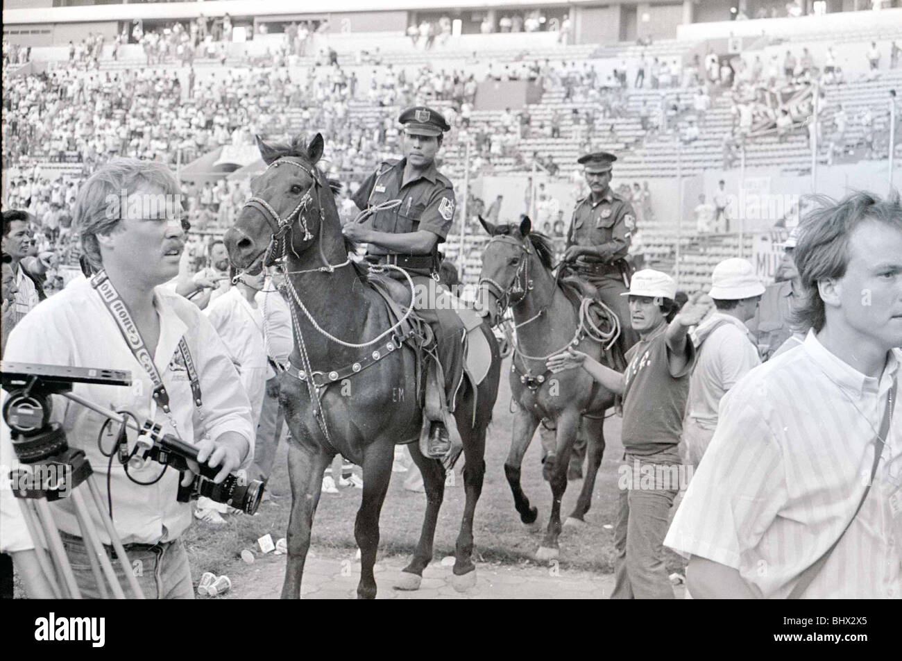 World Cup 1986 Group F England 3 Poland 0 Mounted Police directed towards troublesome England fans. Tecnol—gico - Stock Image