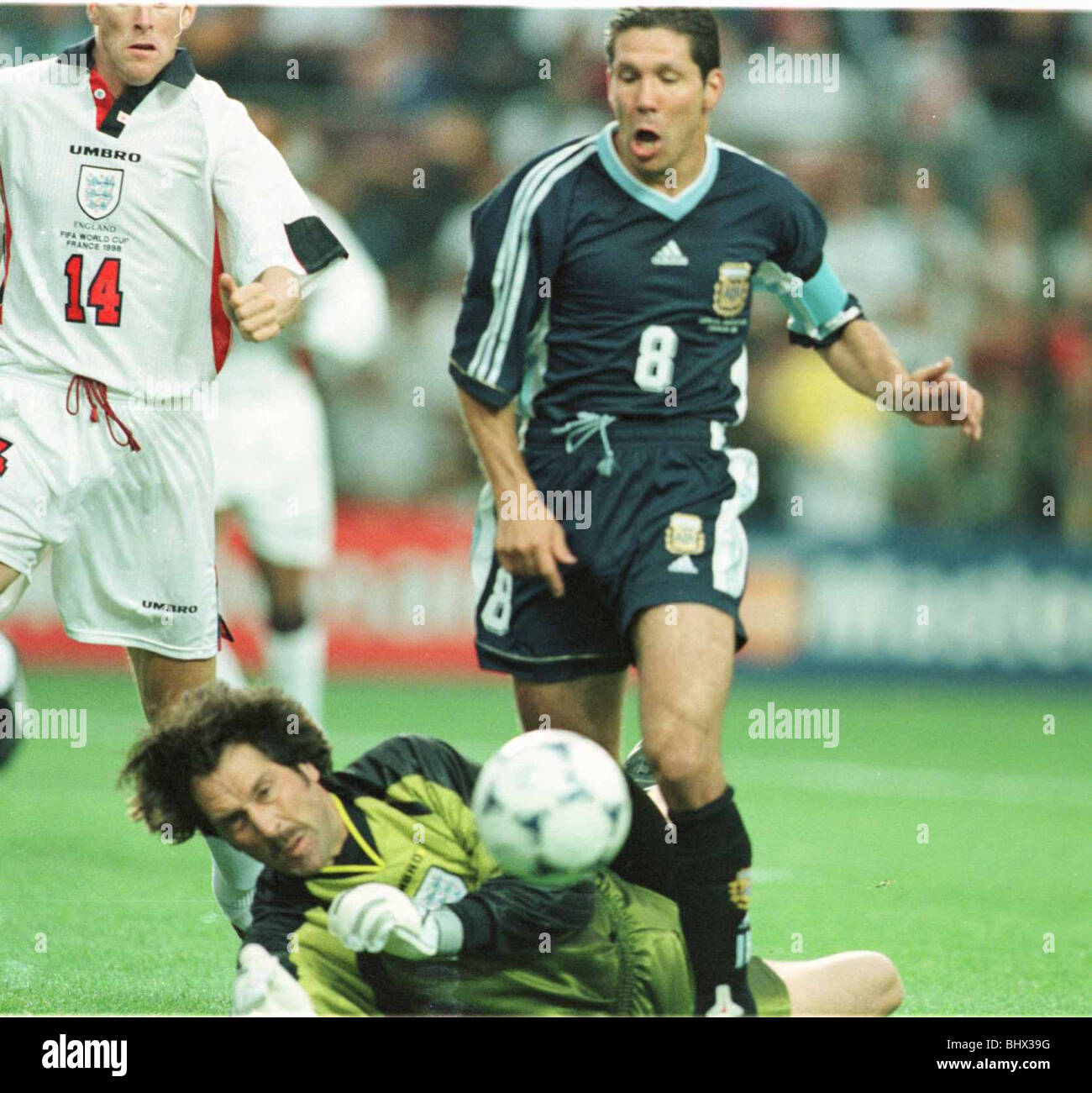 David Seaman brings down Diego Simeone June 1998 of Argentina for the first penalty in the 1998 World Cup match - Stock Image