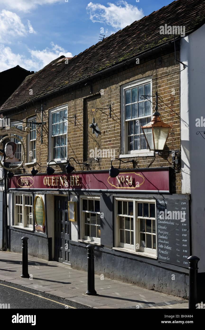 The Queens Head an Uxbridge roadside town centre pub. - Stock Image