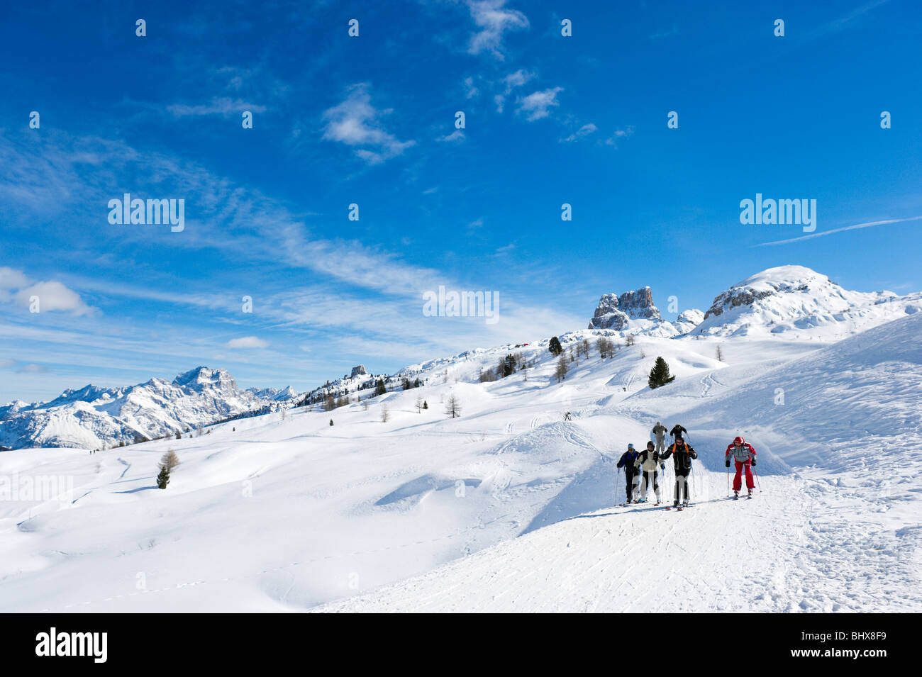 Skiers on the slopes at the Passo di Falzarego between Andraz and Cortina d'Ampezzo, Dolomites, Italy - Stock Image