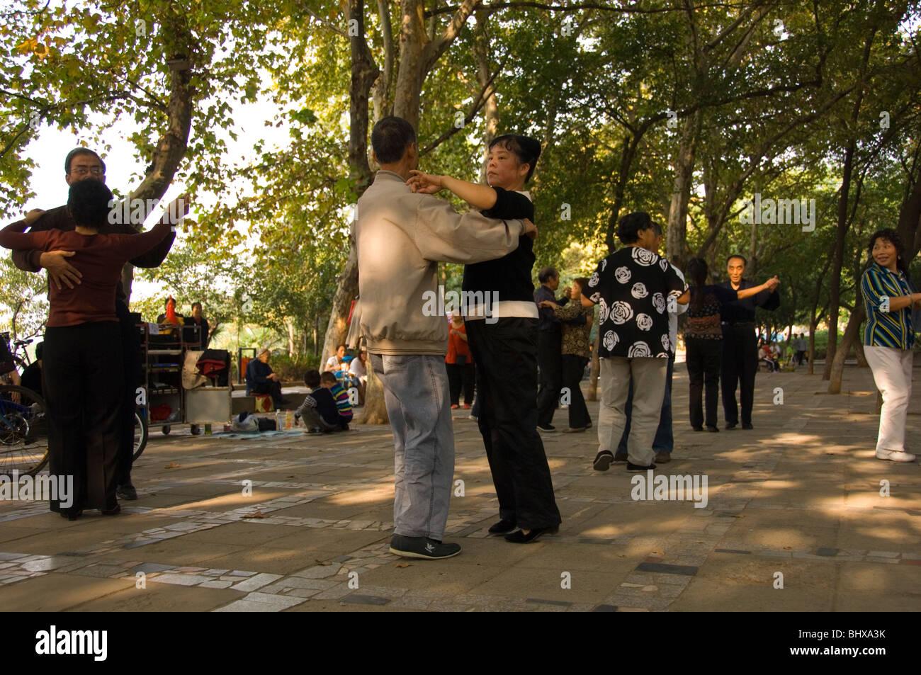 Dancing in the open air in a park in Jiujiang. Jiangxi province, China. - Stock Image