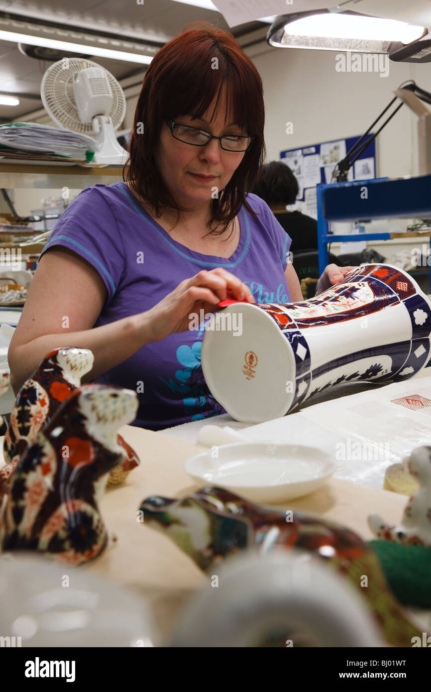 Royal Crown Derby factory, Derby, Derbyshire, England - Nicola Haynes applying lithographic transfers - Stock Image