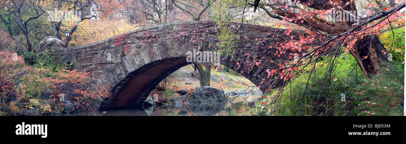 Autumn scene of the Gapstow bridge in panoramic - Stock Image