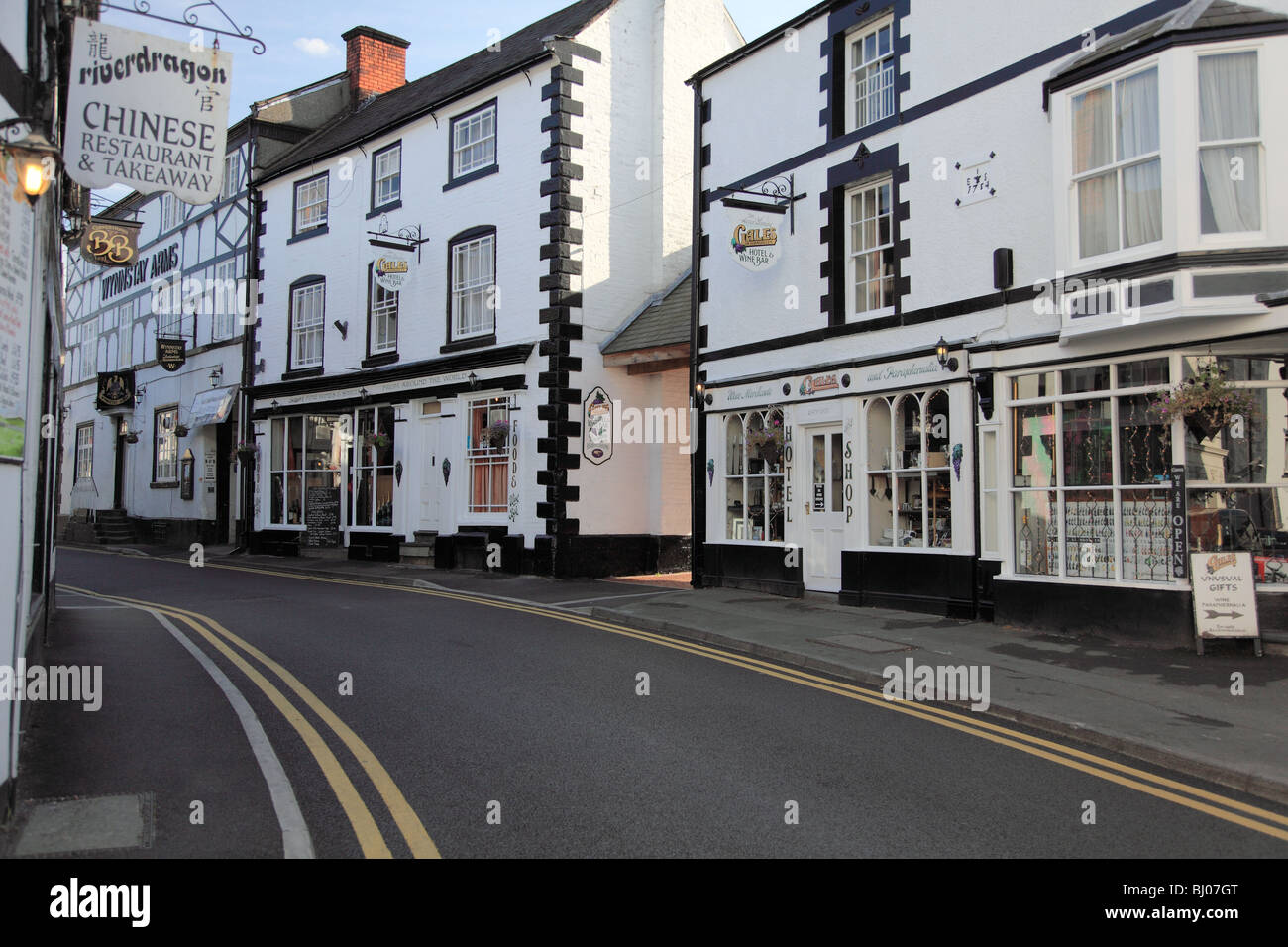 Bridge Street, Llangollen with eighteenth century buildings including Gales Hotel and Wine Bar Stock Photo
