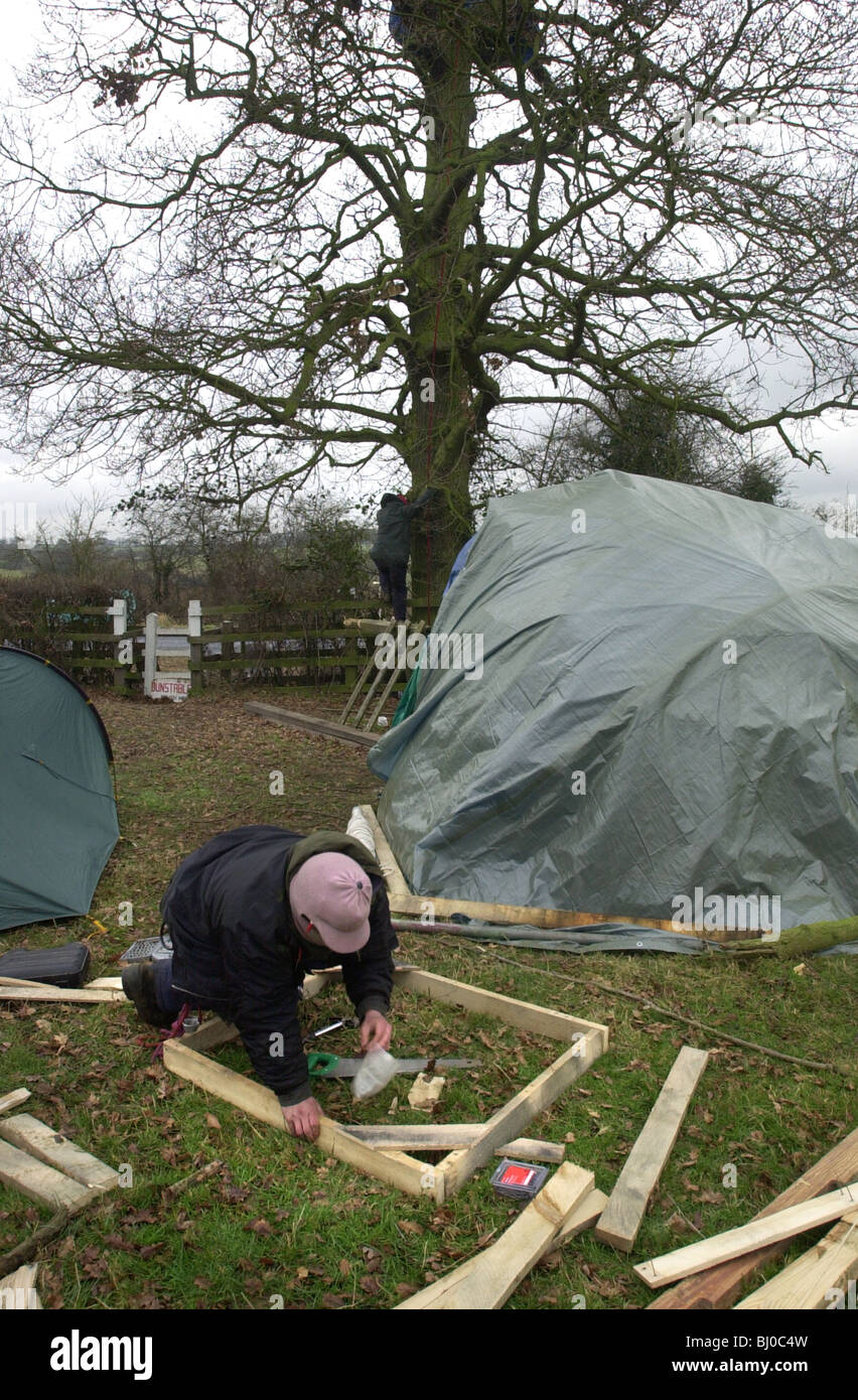 Road Block protesters set up a tree house in an Oak tree next to the B4032 near Soulbury, Bucks UK Stock Photo