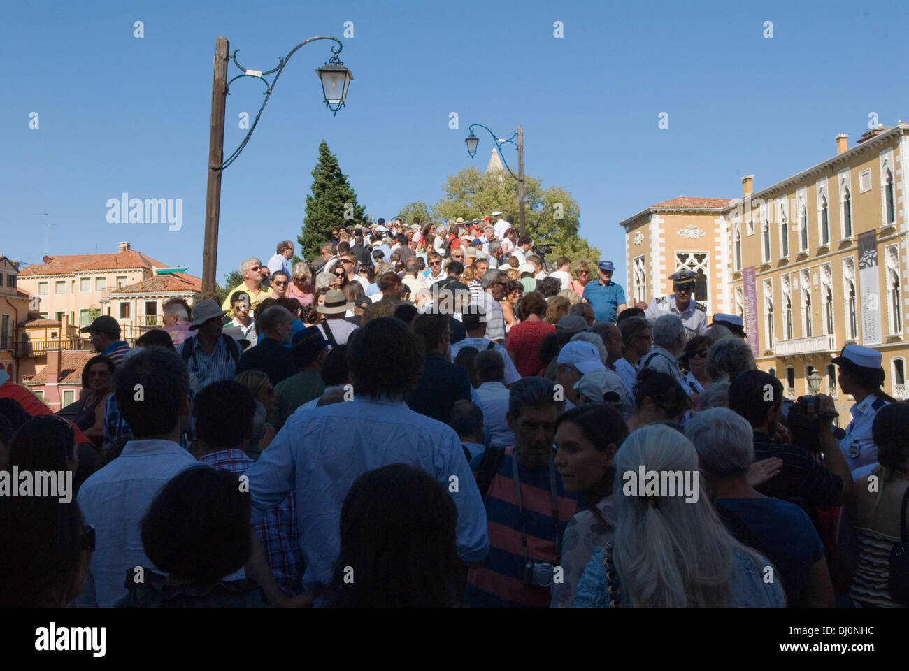 Crowds of tourists crossing the Accademia Bridge Venice Italy. HOMER SYKES - Stock Image
