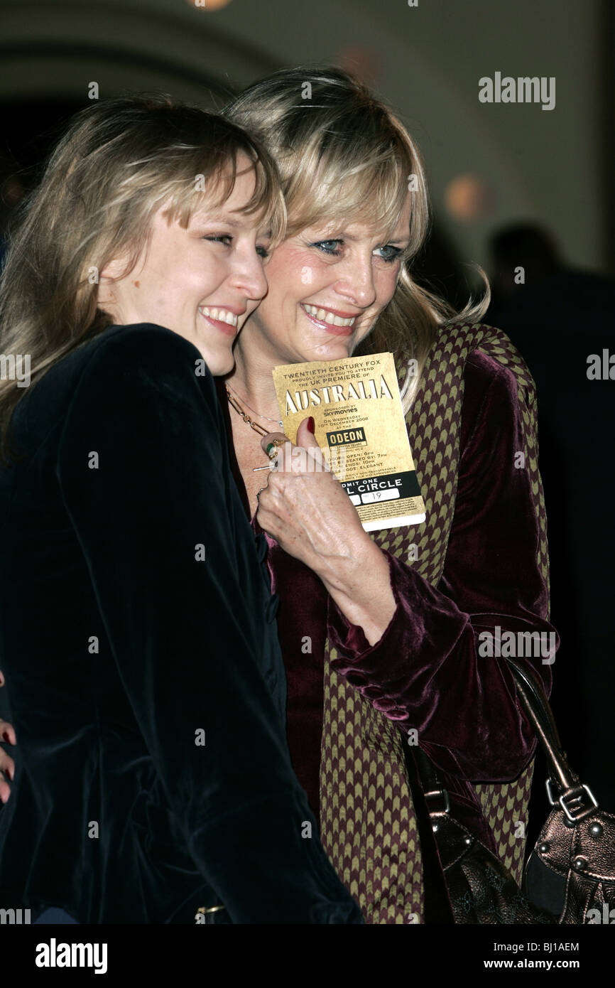 TWIGGY LAWSON & DAUGHTER CARLY AUSTRALIA FILM PREMIERE ODEON CINEMA WEST END LEICESTER SQUARE LONDON  ENGLAND - Stock Image