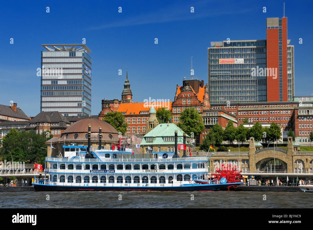 The wheel of Mississippi style riverboat used to sightseeing tours at the harbor in Hamburg, Germany. - Stock Image