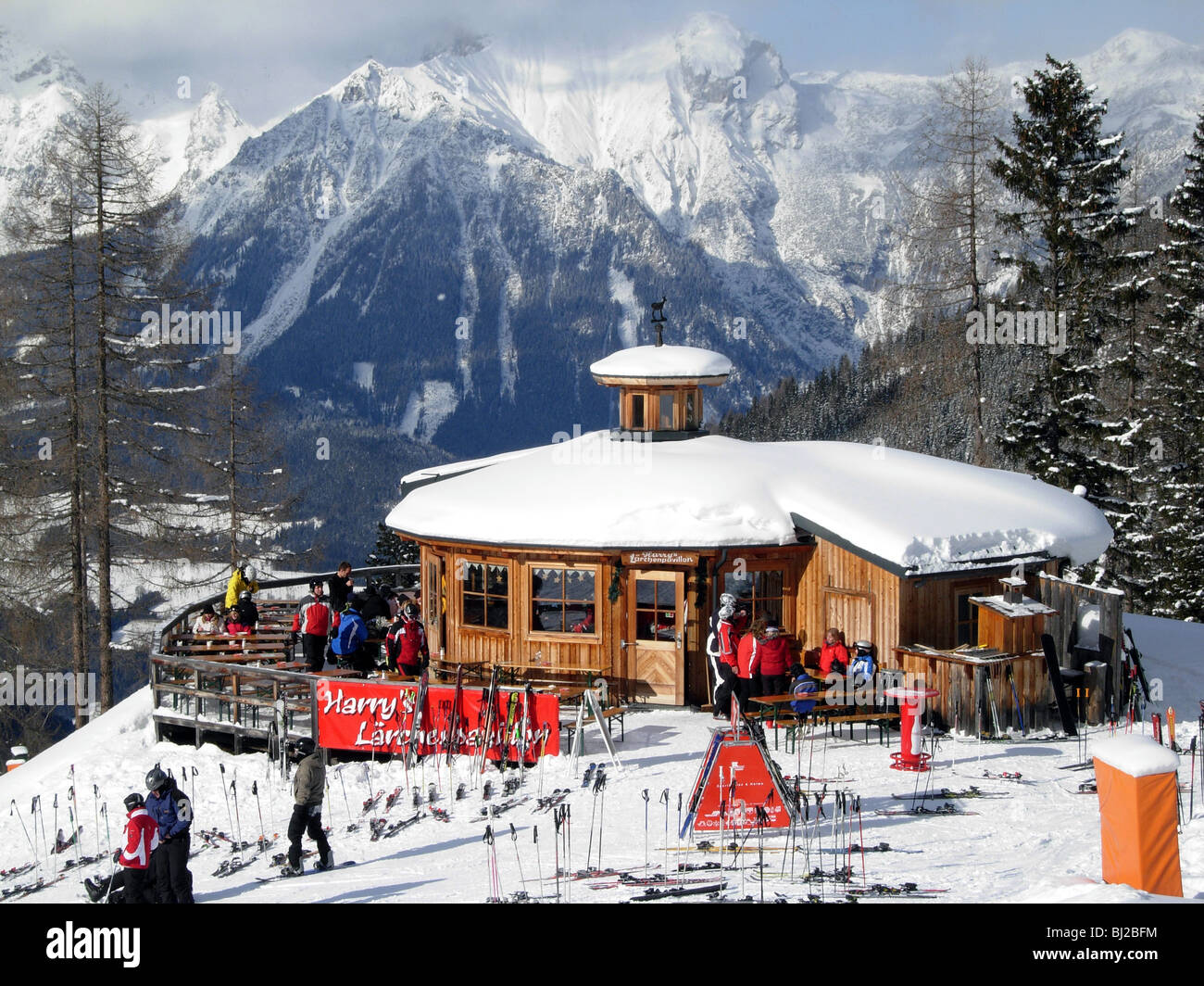 skiers on the piste at Hauser Kaibling in Austria heading towards Schladming and Planai Harrys Larch restaurant - Stock Image