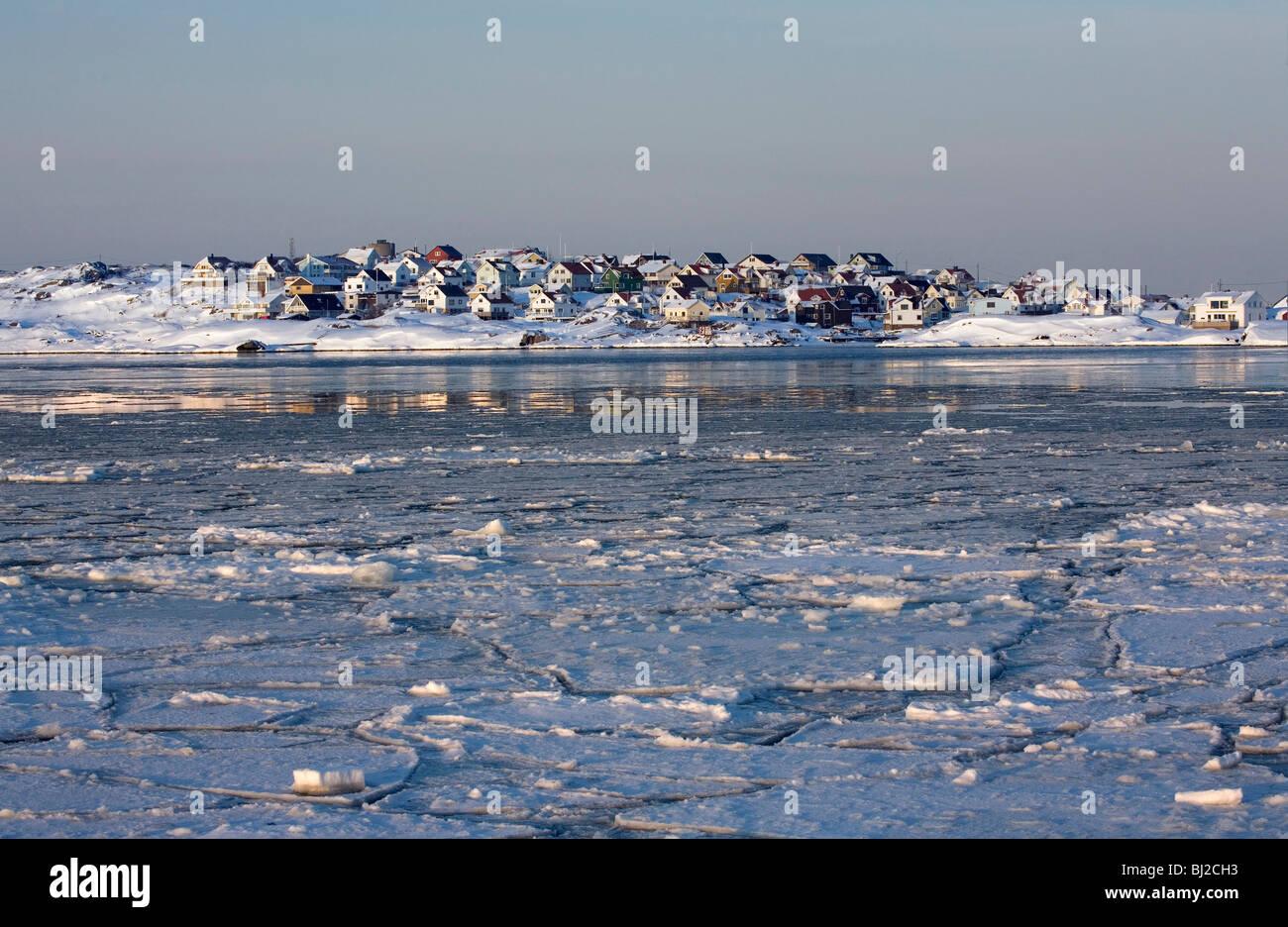 Wintertime Scandinavian seascape. Hamlet of Knippla island in Northern Gothenburg archipelago. Sweden. - Stock Image