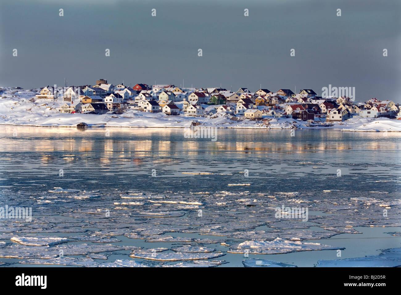 Wintertime Scandinavian seascape. Hamlet of Källö-Knippla island in Northern Gothenburg archipelago. Sweden. - Stock Image