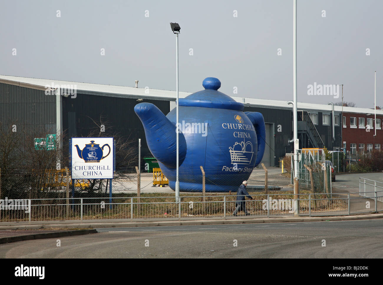 Fonkelnieuw A giant inflatable teapot outside the Churchill China works Stock UZ-06