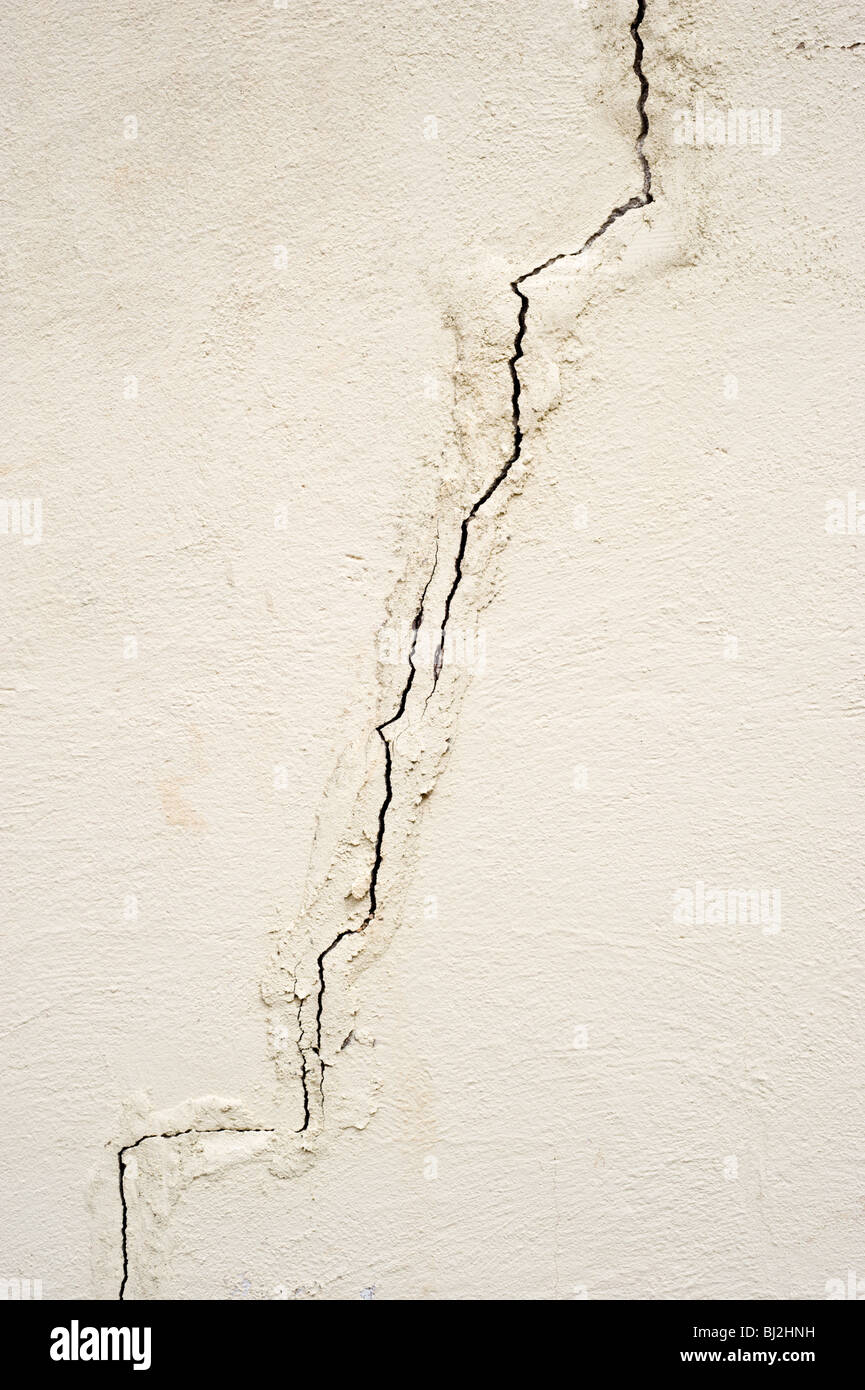 A zig-zag crack appears in an old adobe building in Billy the Kid's wild west town of Lincoln, New Mexico. - Stock Image