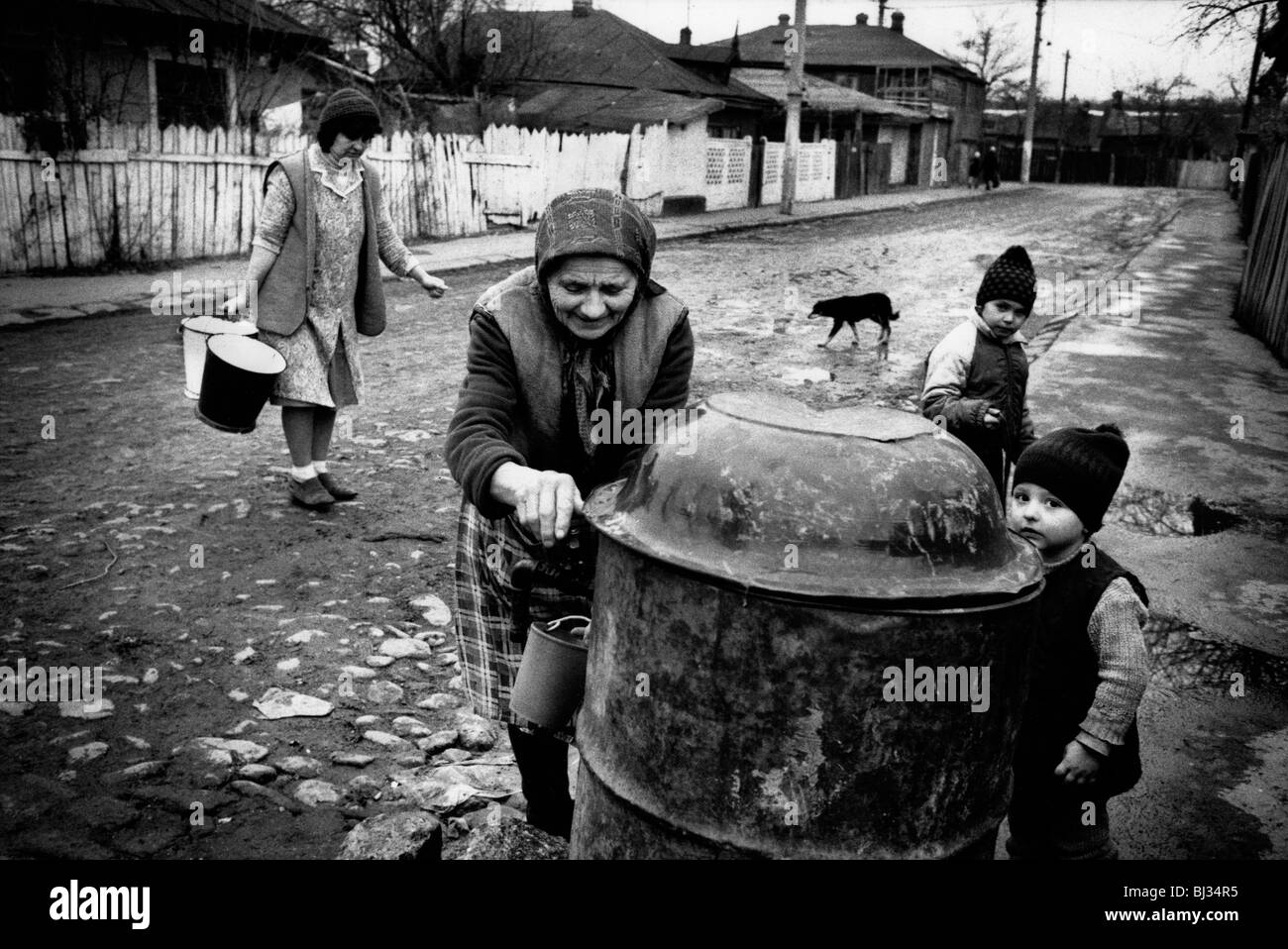 Women collect water in Bucharest suburb, Romania. Feb 1990 - Stock Image