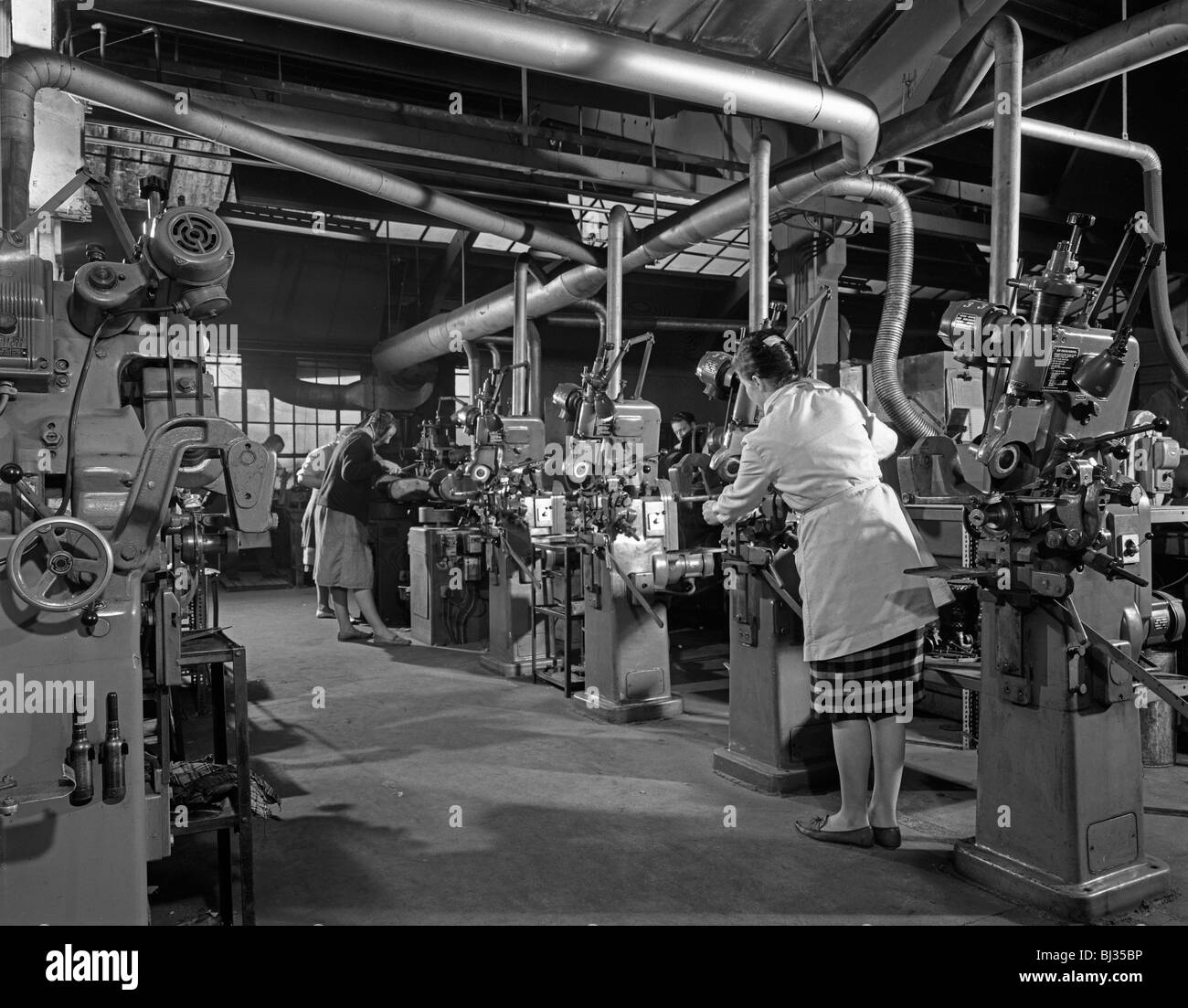 Female workers sharpening saw blades, Sheffield, South Yorkshire, 1963. Artist: Michael Walters - Stock Image