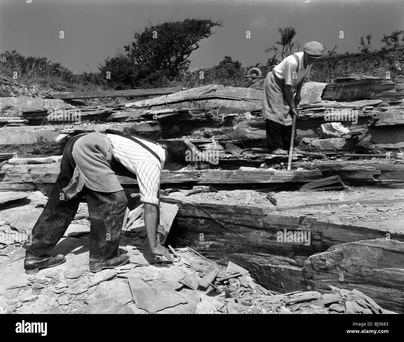 Quarrying slate by hand at Trebarwith Slate Quarry, Cornwall, 1959. Artist: Michael Walters - Stock Image