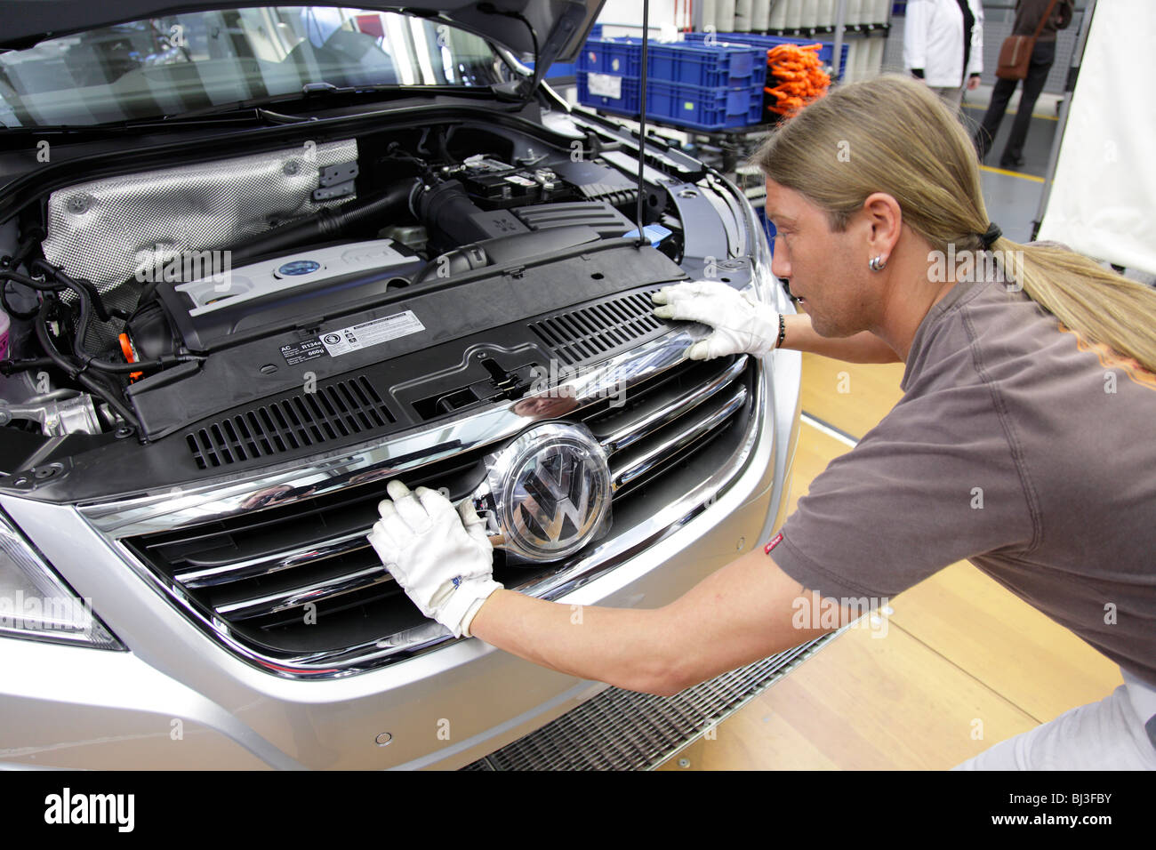 Volkswagen AG, production of passenger cars in the works in Wolfsburg. Final assembly of the VW Tiguan, Sport Utility - Stock Image