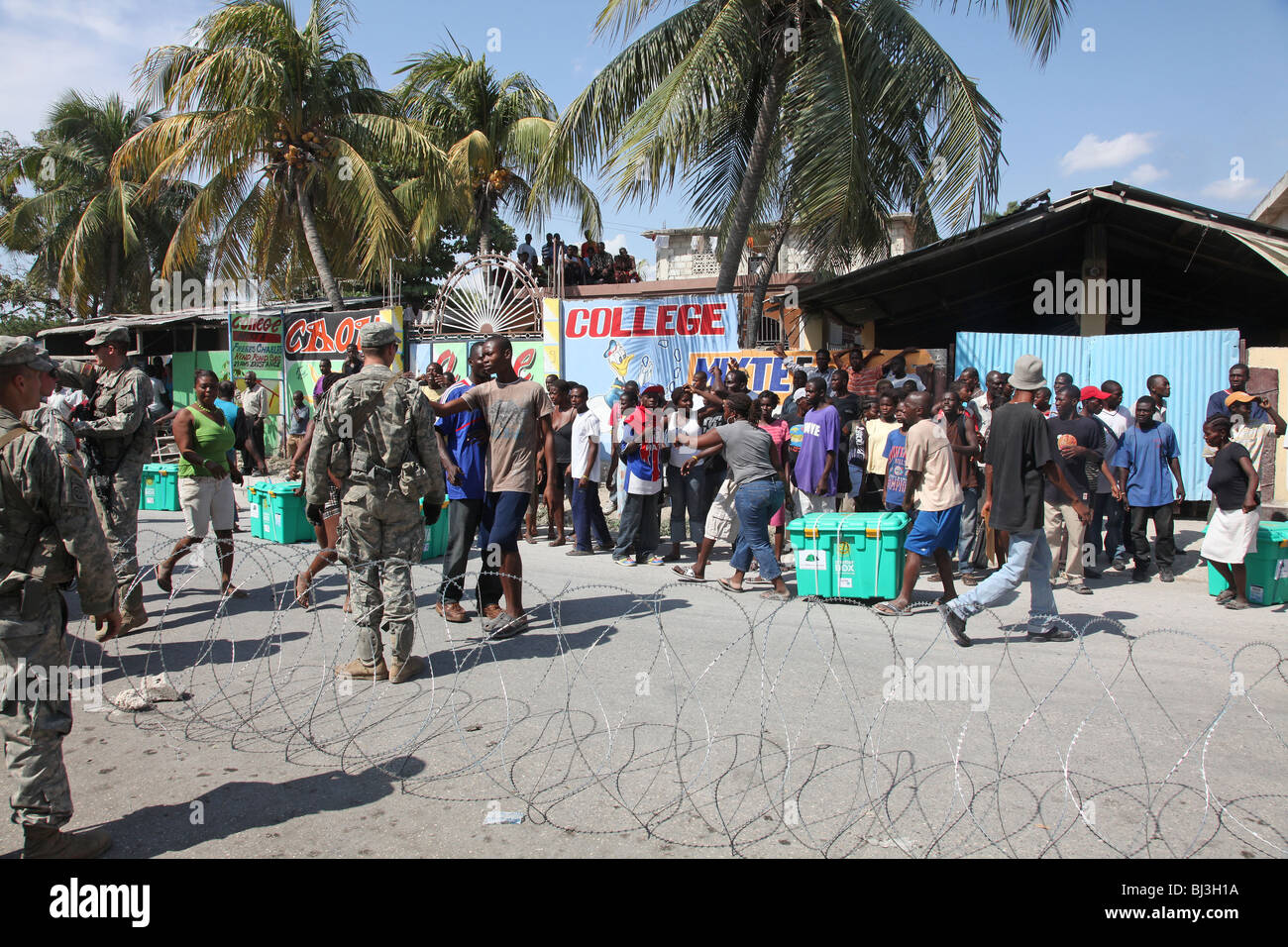 Soldiers of the 82nd Airborne, US Army distribute aid in Port au Prince, Haiti following the earthquake of January - Stock Image