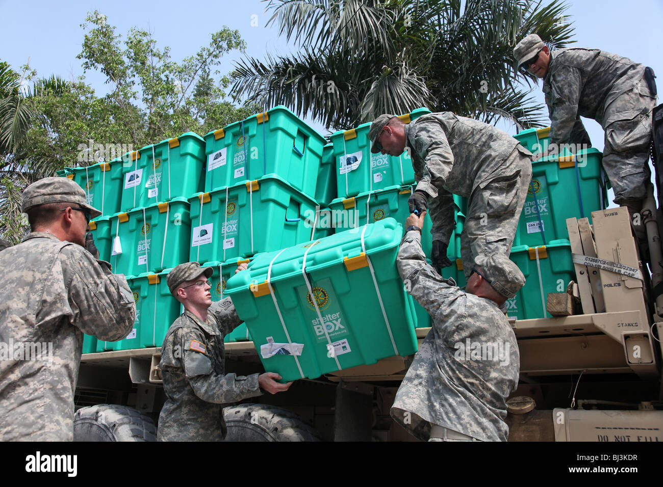 Soldiers of the 82nd Airborne, US Army distribute ShelterBox aid in Port au Prince, Haiti following the earthquake - Stock Image