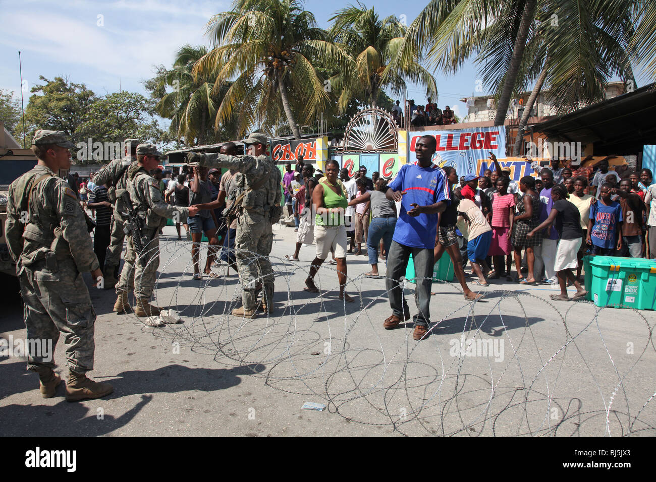 Slodiers of the 82nd Airborne, US Army distribute aid in Port au Prince, Haiti - Stock Image
