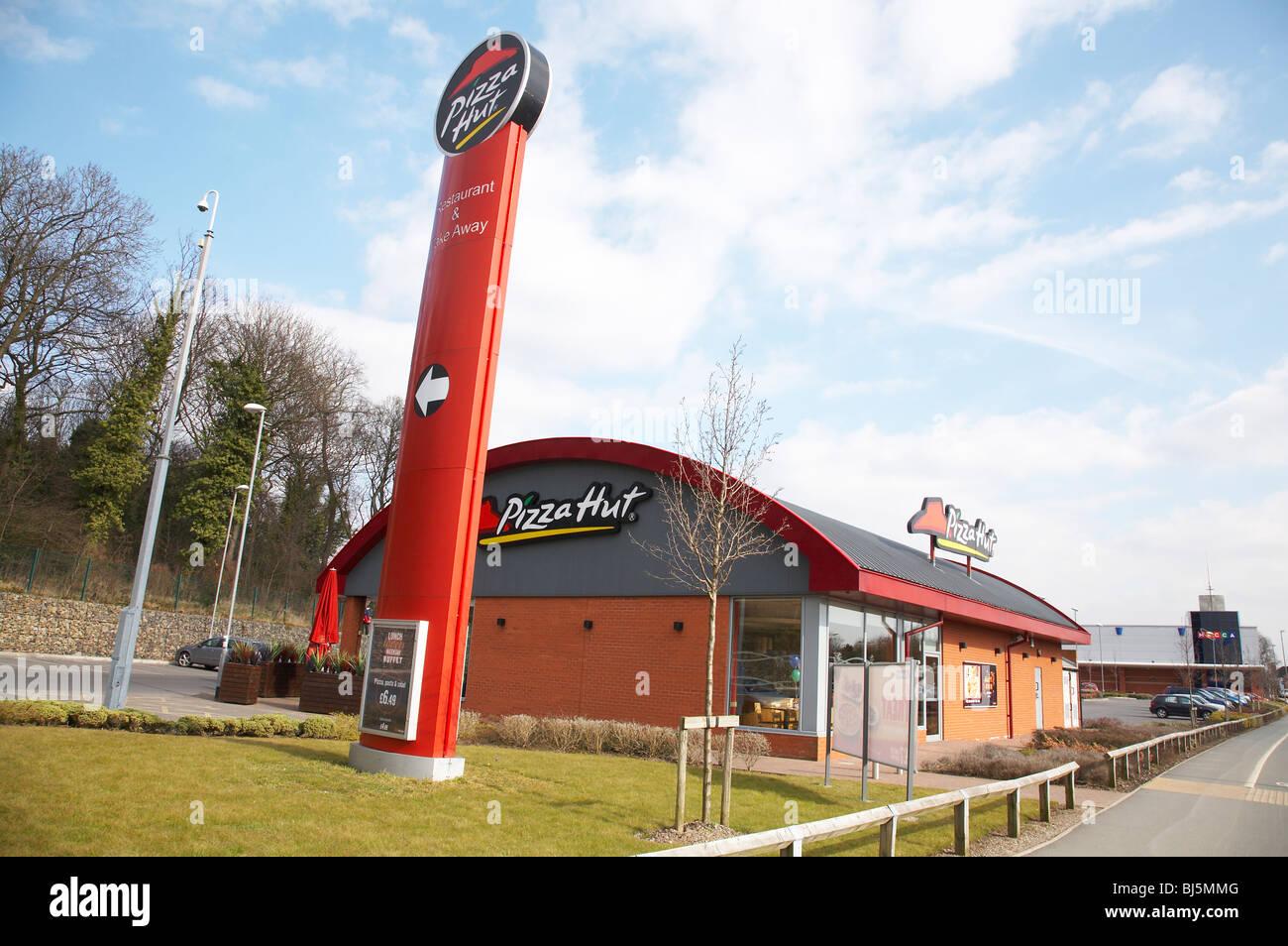 Pizza Hut Restaurant In Crewe Uk Stock Photo 28400192 Alamy
