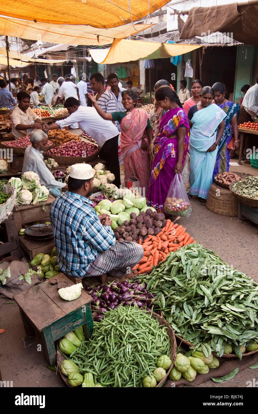 India, Tamil Nadu, Tiruvannamalai, town centre, bazaar, women shopping at vegetable stall - Stock Image