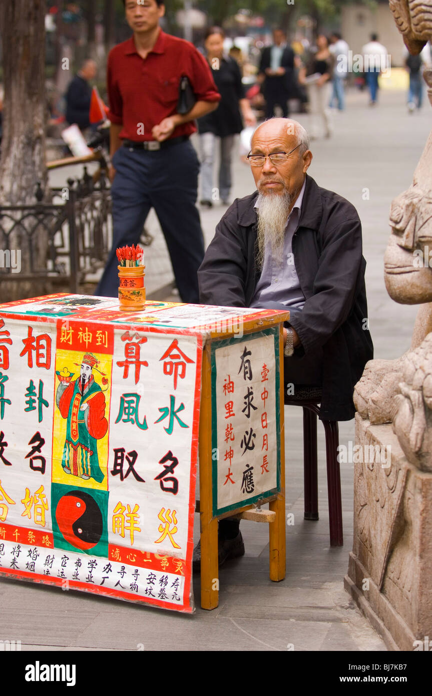 Fortune teller in front of the Buddhist Guiyuan Temple in Wuhan, Hubei province, China - Stock Image
