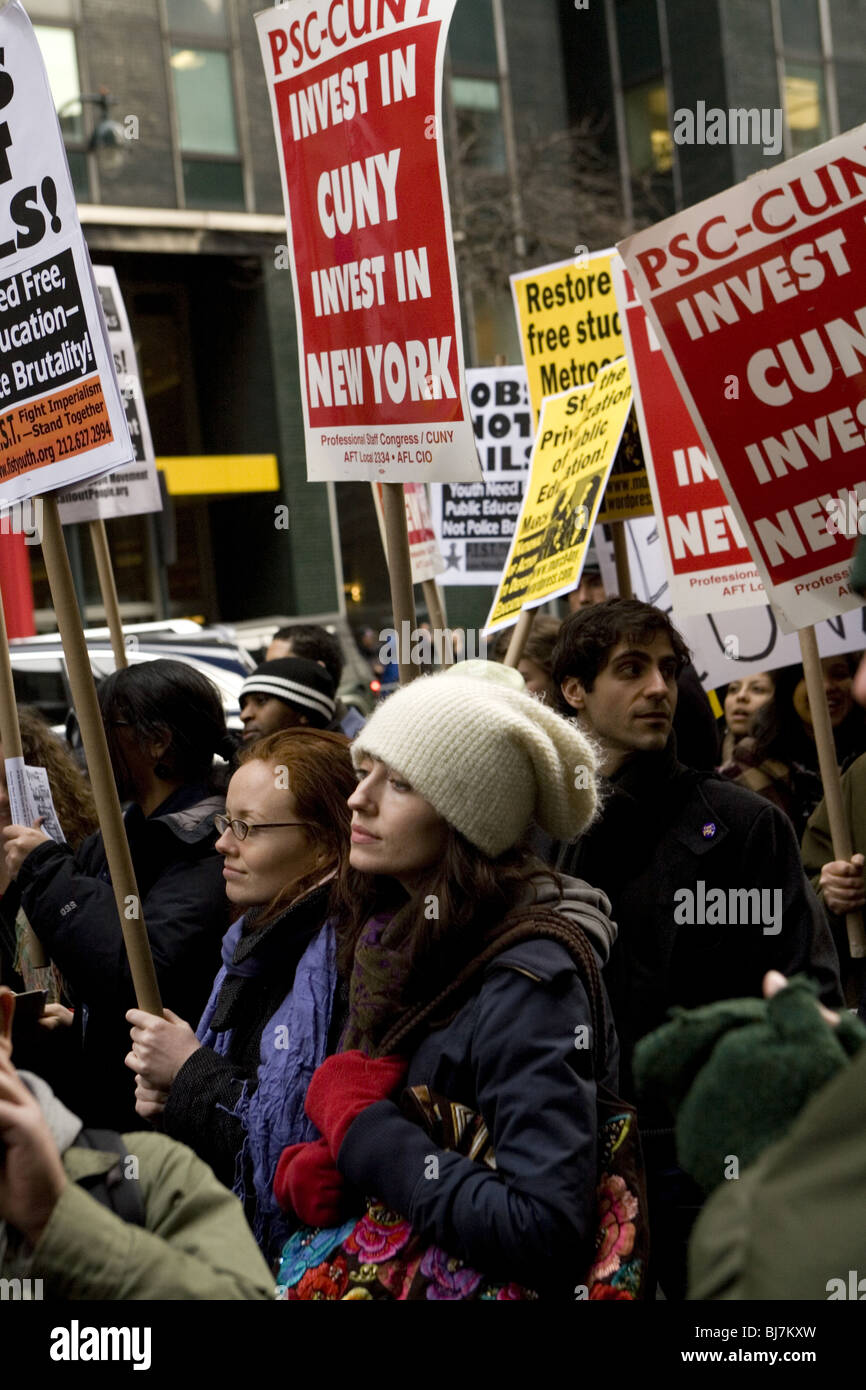 College students and faculty demonstrate outside New York governor's office in Manhattan against more budget - Stock Image