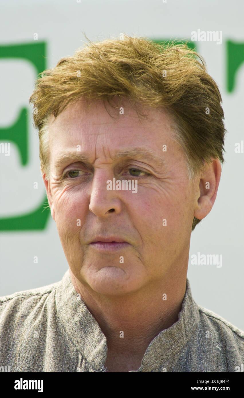 Paul McCartney promoting his book of poems and lyrics 'Blackbird Singing' at Hay Festival 2001 - Stock Image