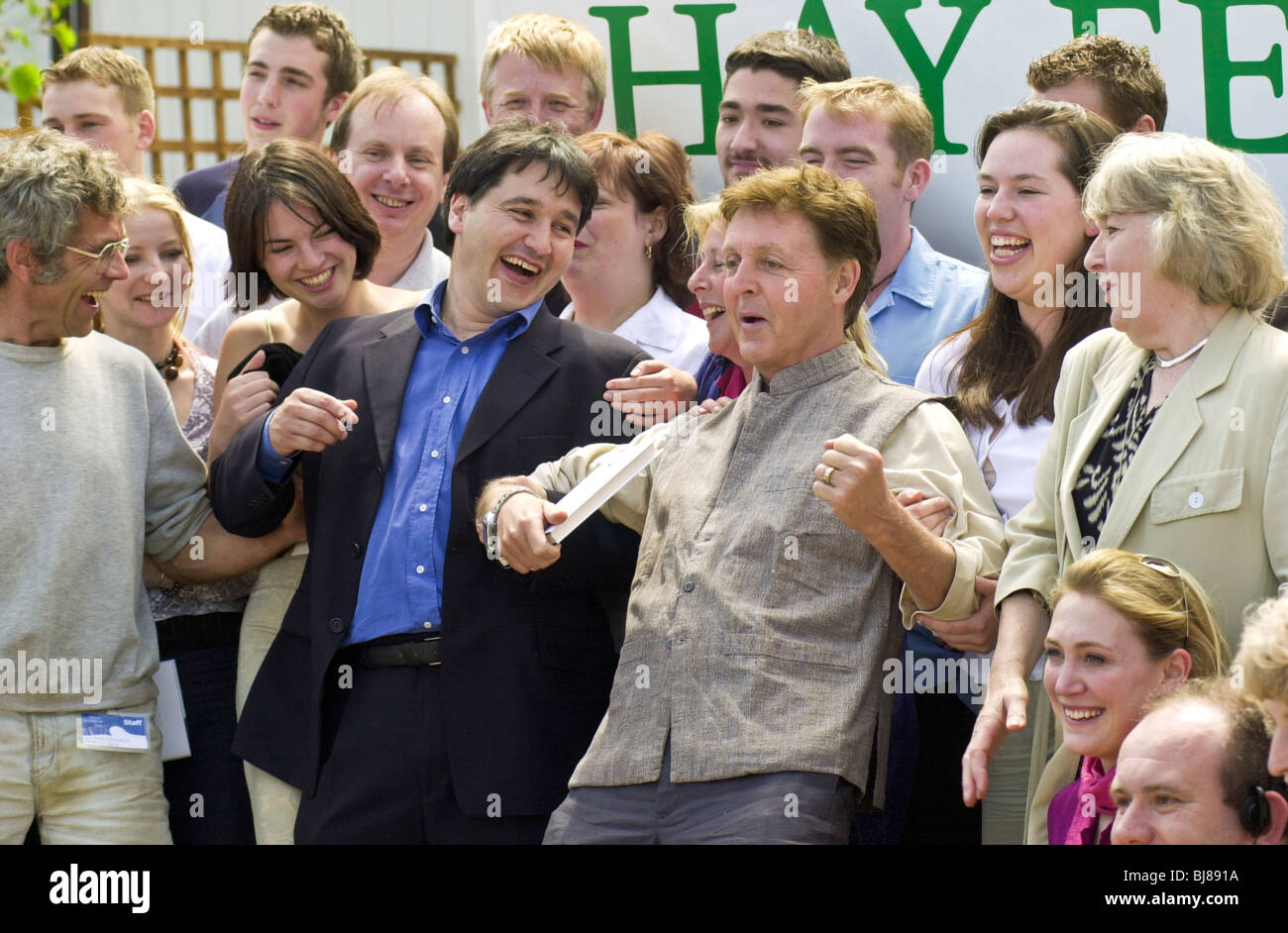 Paul McCartney with Peter Florence and staff at Hay Festival 2001 - Stock Image