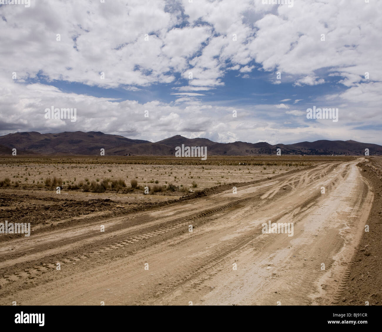 Dry and dusty dirt track high on the bolivian altiplano - Stock Image