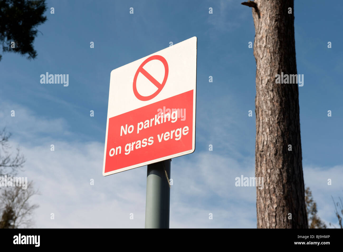 No Parking on the Grass Verge sign at Broadmoor Hospital - Stock Image