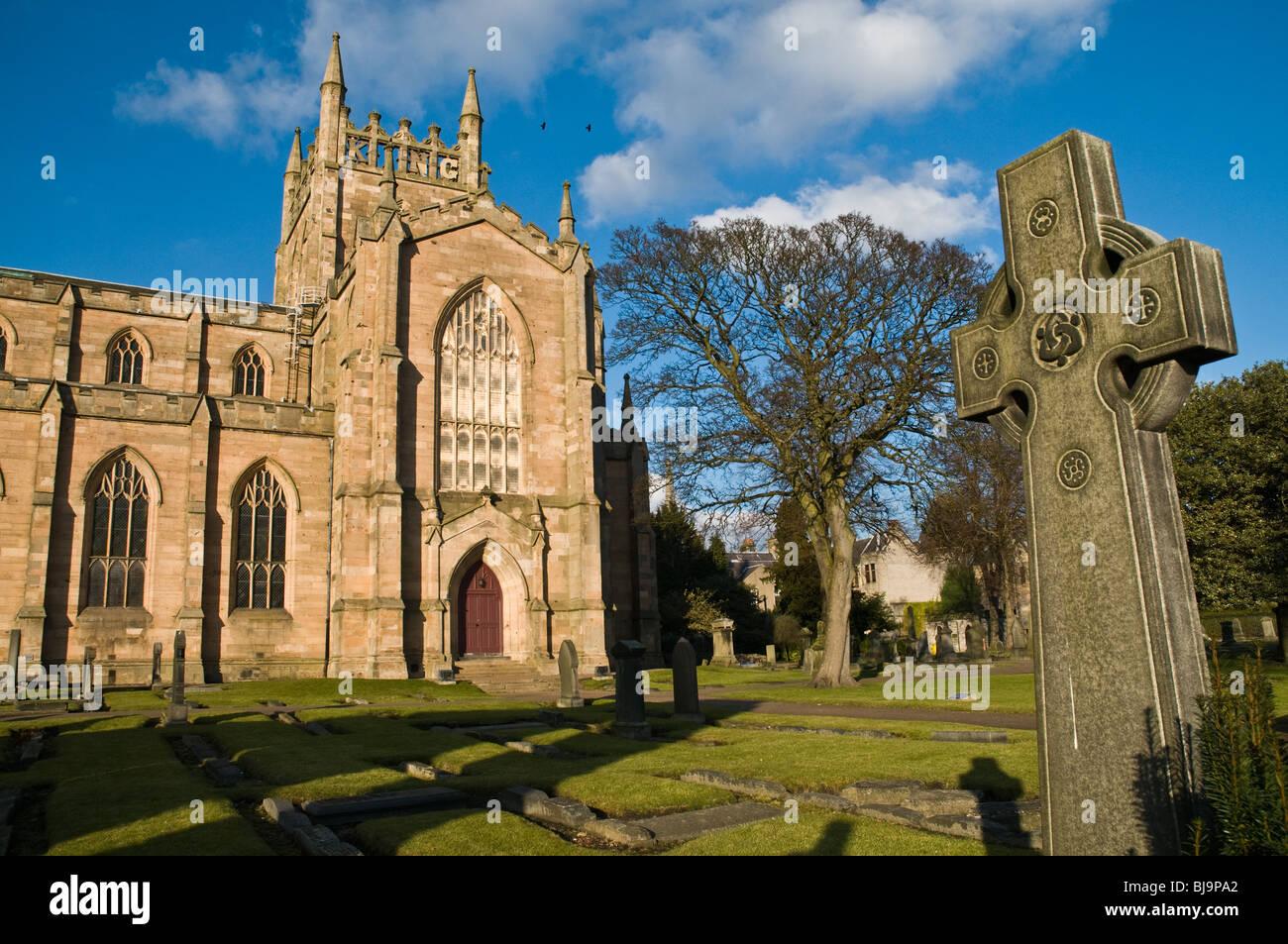 dh Dunfermline Abbey DUNFERMLINE FIFE Dunfermline Abbey south nave and graveyard celtic cross gravestone scotland Stock Photo