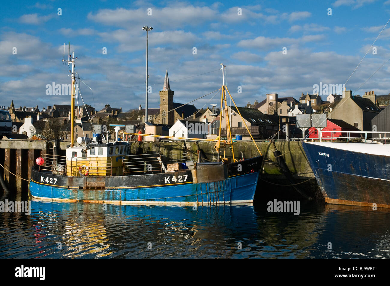 dh Stromness harbour STROMNESS ORKNEY Fishing boat alongside quay Stromness harbour pier Stock Photo