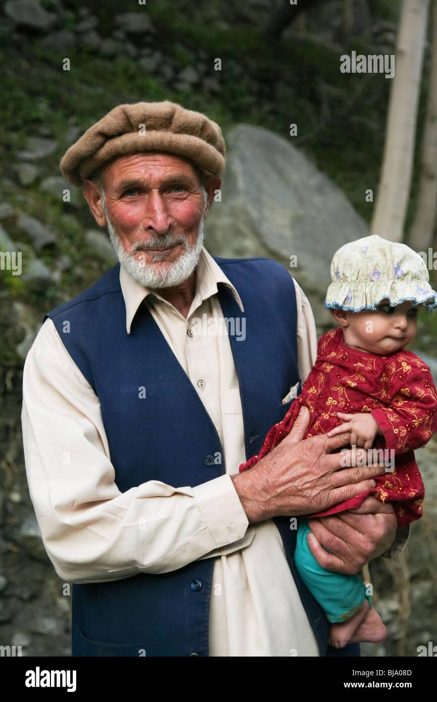 Gilgit-Baltistan Karakoram Highway Men Pakistan - Stock Image