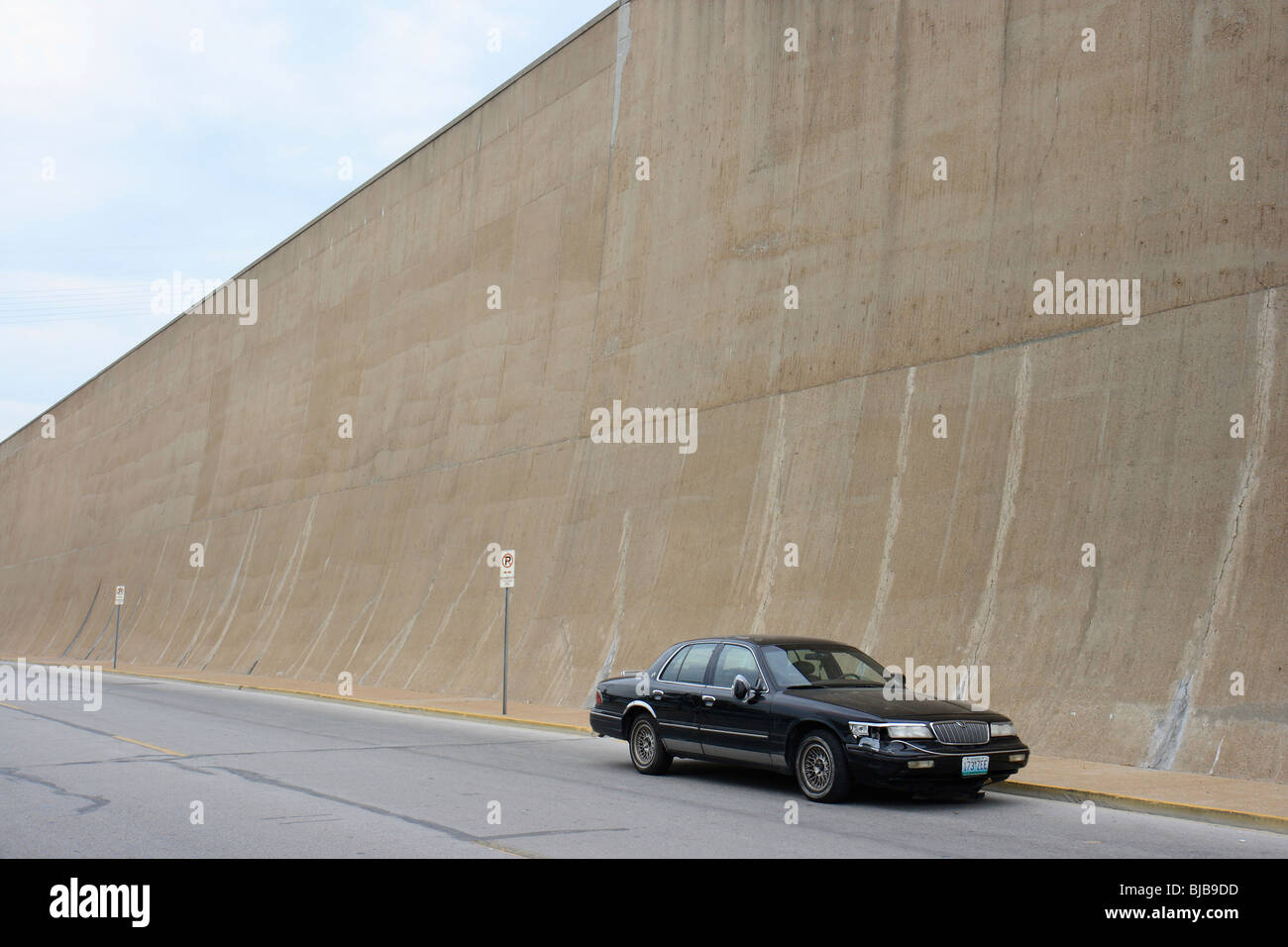 Broken car parked at a flood wall, St. Louis, USA - Stock Image