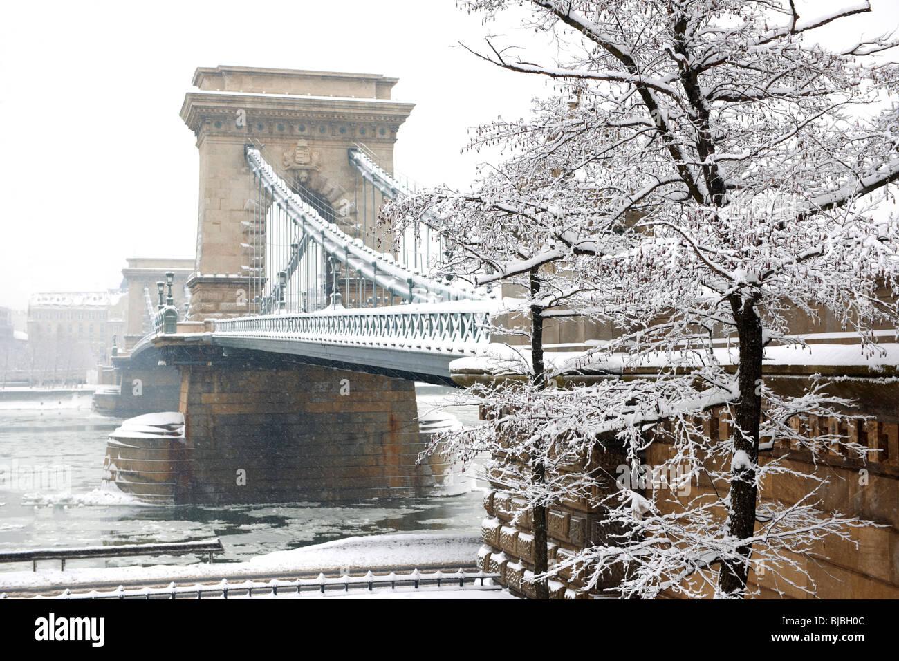 Chain Bridge Budapest winter snow - lánchíd - Stock Image