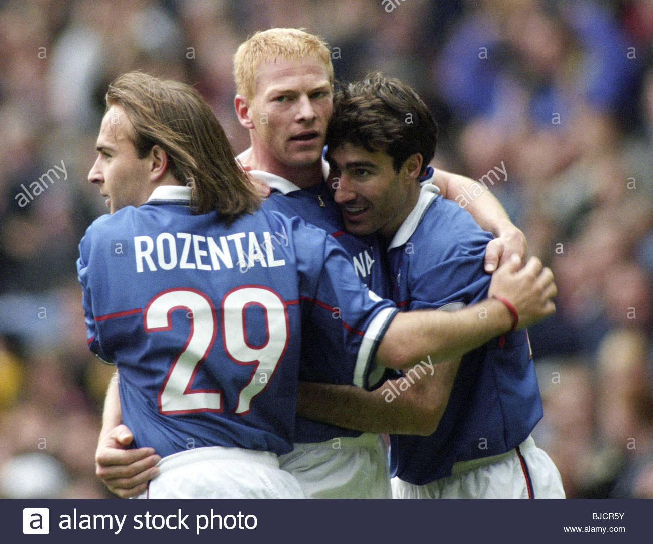 04/10/98 SPL RANGERS v DUNDEE (1-0) IBROX - GLASGOW Jorg Albertz (centre) celebrates his goal with Rangers team Stock Photo