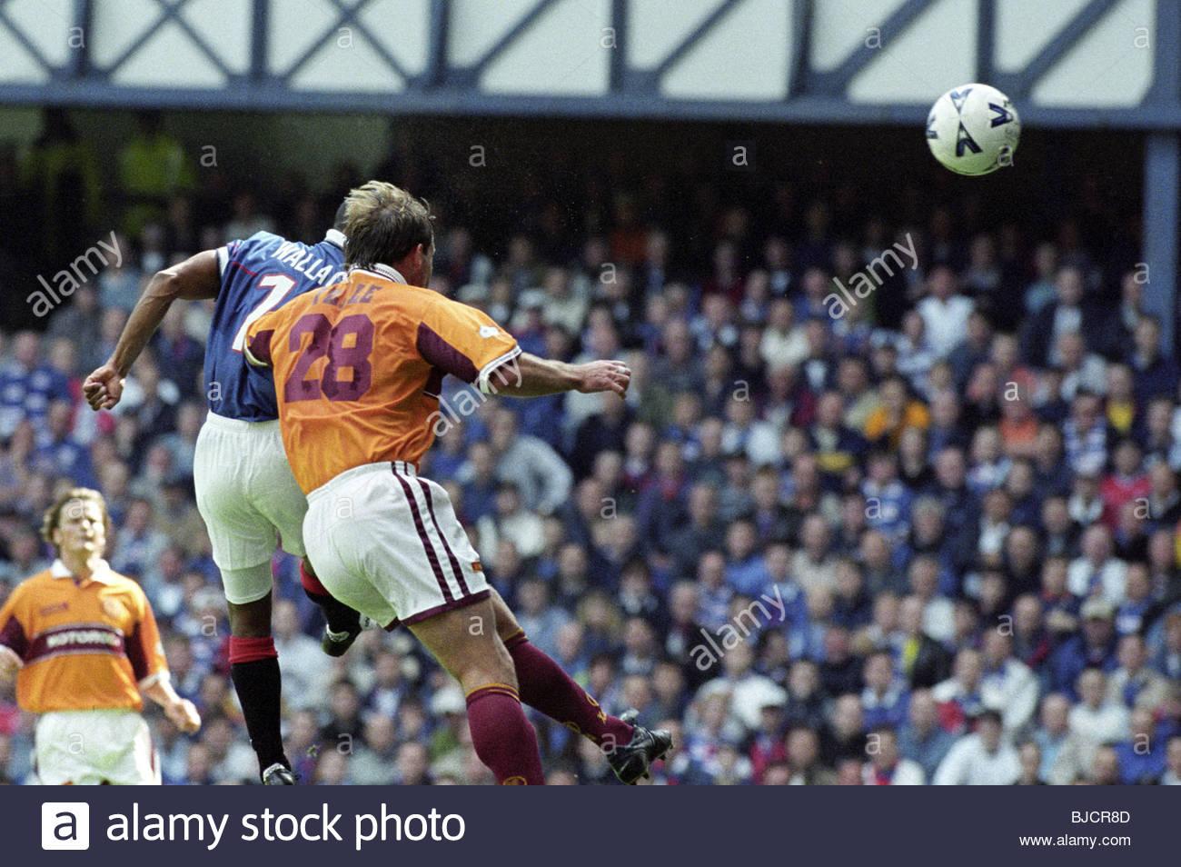 15/08/98 SPL RANGERS V MOTHERWELL (2-1) IBROX - GLASGOW Rod Wallace (left) beats Motherwell defender Shaun Teale - Stock Image