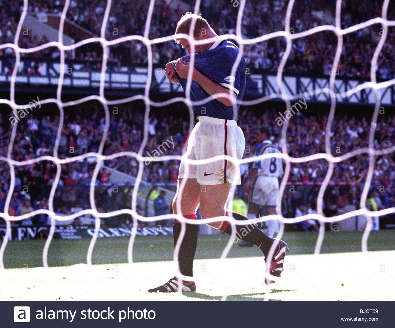 29/08/98 SPL RANGERS v ST JOHNSTONE (4-0) IBROX - GLASGOW Rangers' Jorg Albertz kisses the club badge after - Stock Image