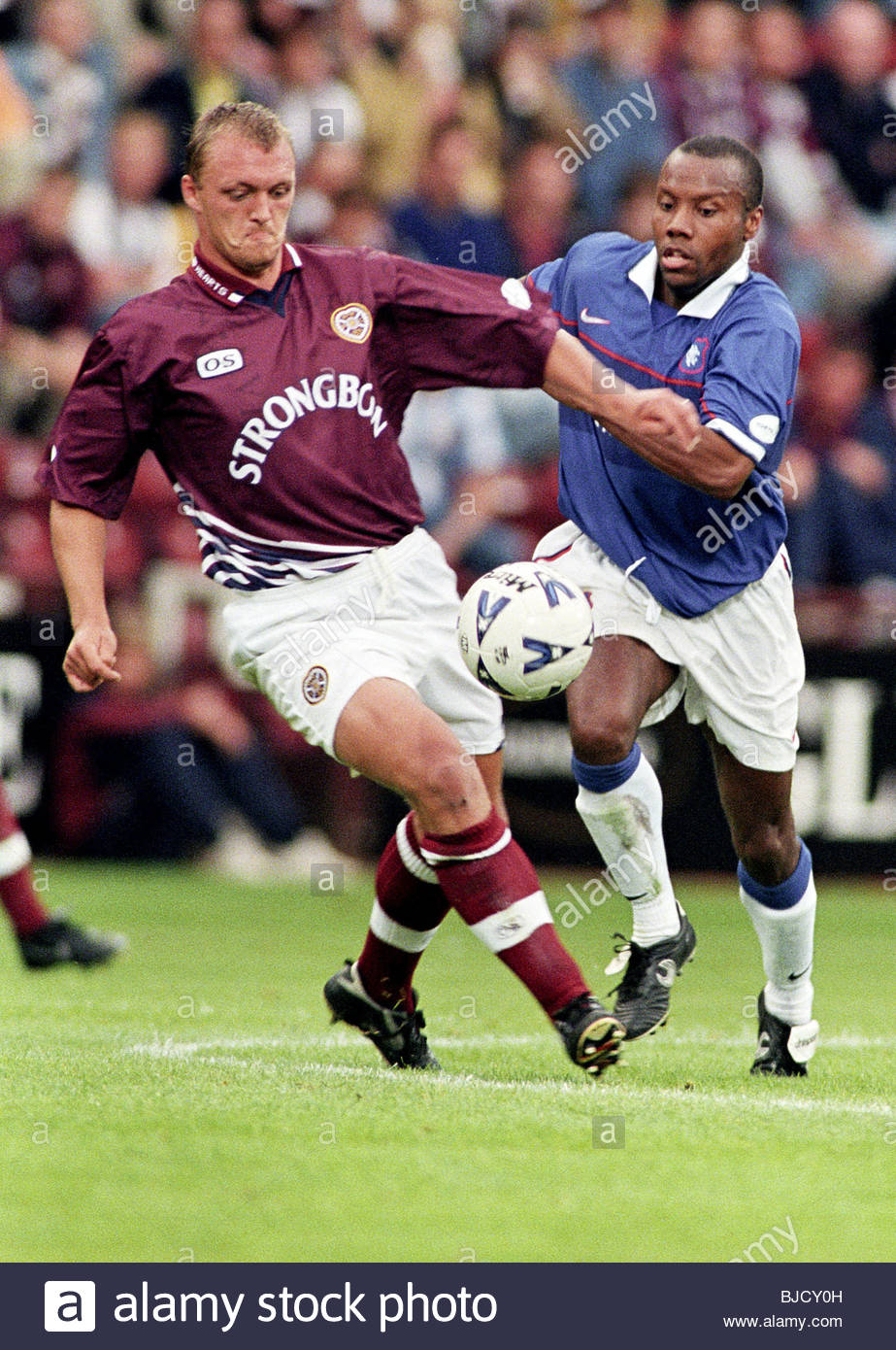 02/08/98 SPL HEARTS V RANGERS (2-1) TYNECASTLE - EDINBURGH Rangers striker Rod wallace (right) battles for possession - Stock Image