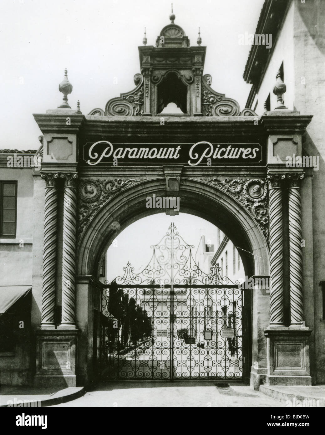 PARAMOUNT STUDIOS main entrance at 5451 Marathon in Hollywood in late 1920s - Stock Image