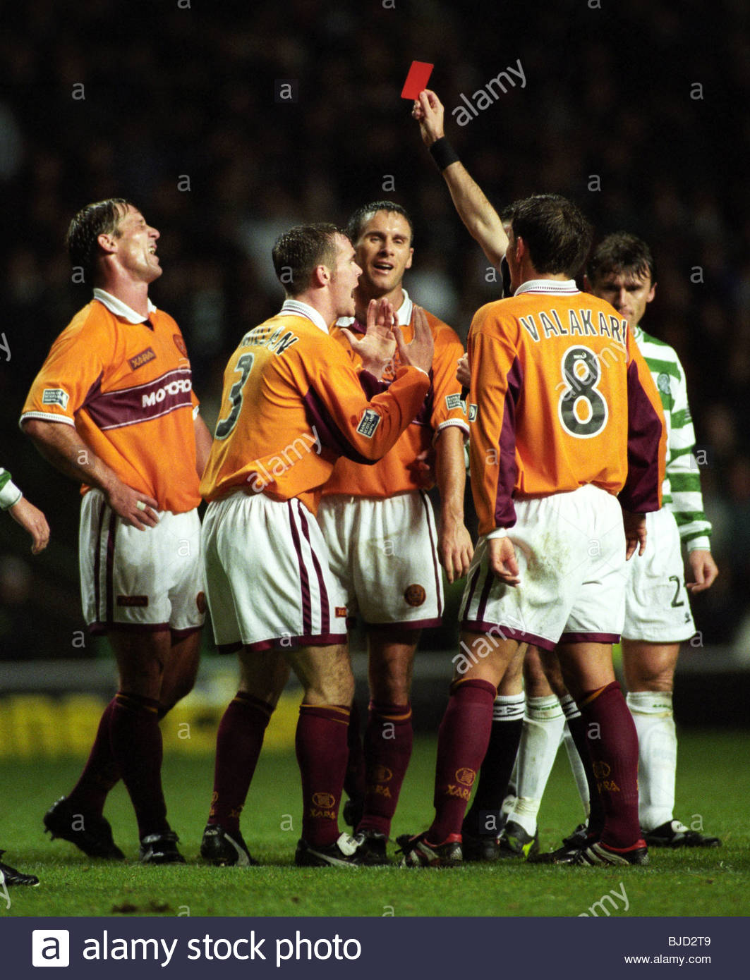 27/10/99 SPL CELTIC V MOTHERWELL (0-1) CELTIC PARK - GLASGOW The Motherwell players plead their case as Shaun Teale - Stock Image