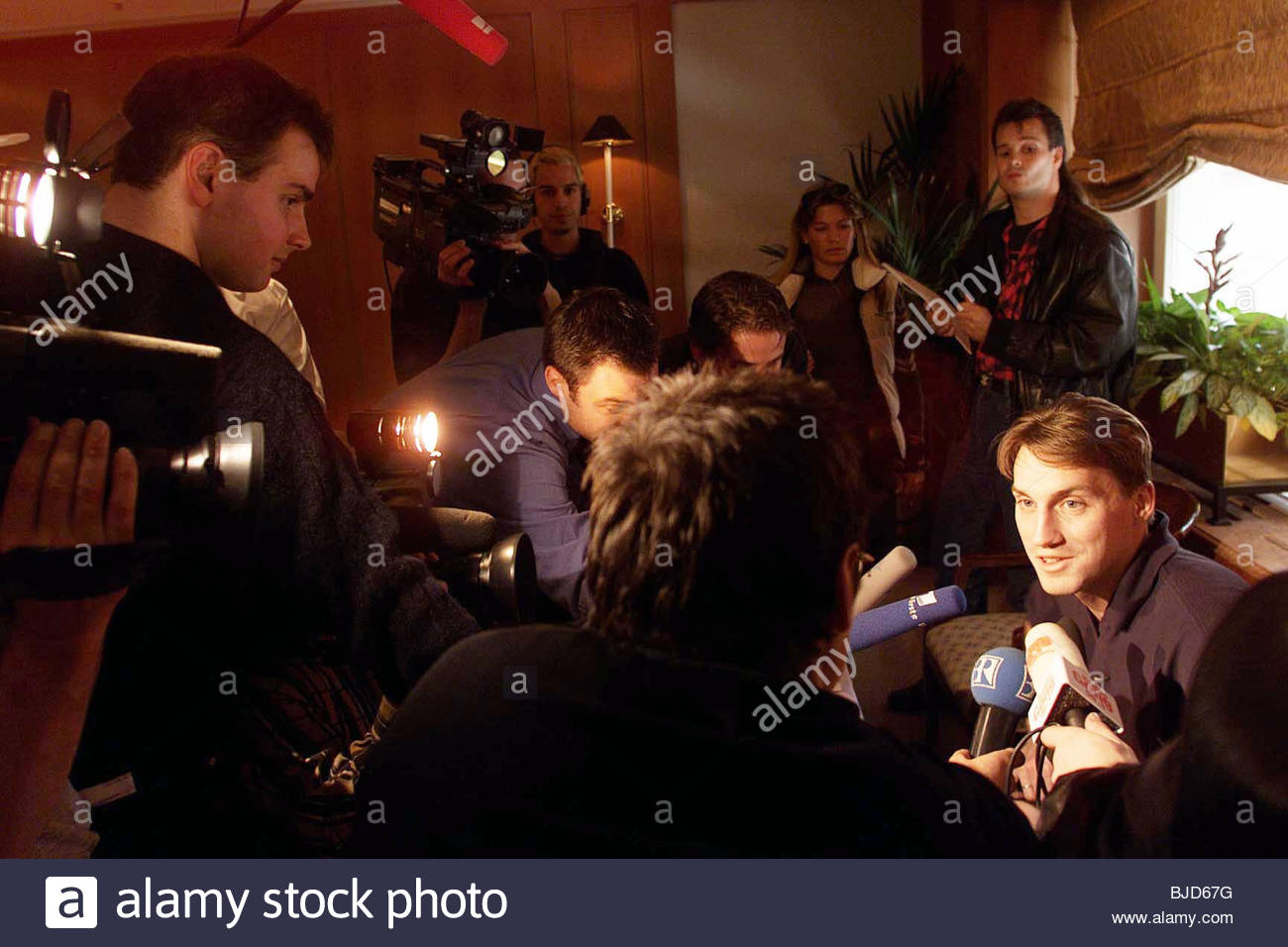 02/11/99 MUNICH - GERMANY Rangers' German keeper Stefan Klos (right) is mobbed by press as he discusses his - Stock Image