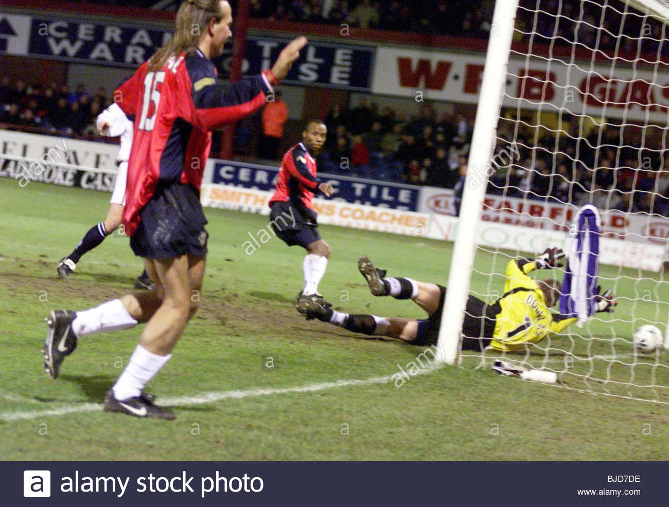 27/02/00 SPL DUNDEE V RANGERS (1-7) DENS PARK - DUNDEE Sebastian Rozental watches as Rod Wallace slots the ball - Stock Image