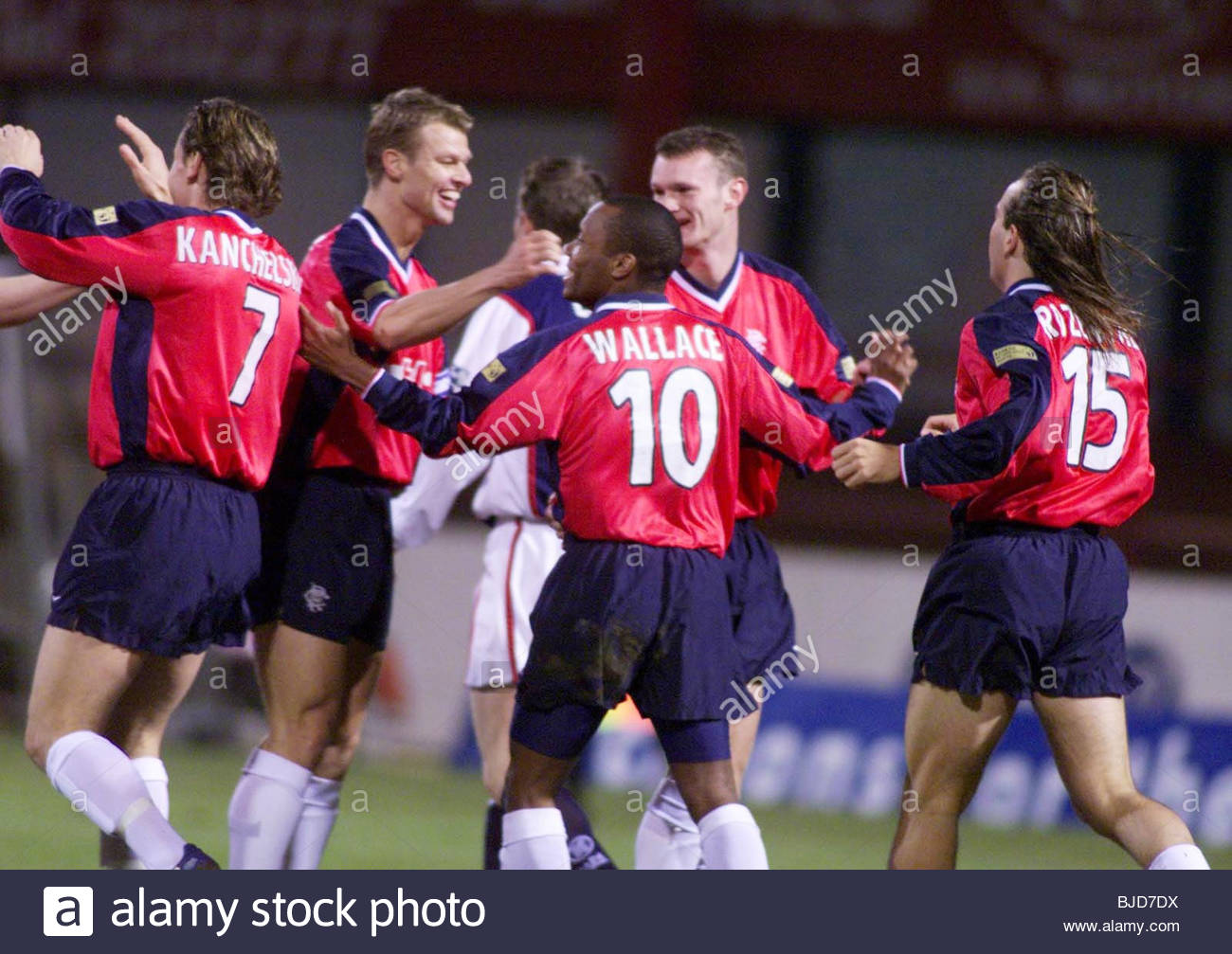 27/02/00 SPL DUNDEE V RANGERS (1-7) DENS PARK - DUNDEE The Rangers players celebrate as Dundee are put to the sword - Stock Image
